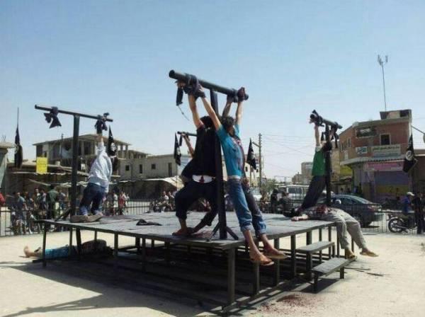 ομαδικές σταυρώσεις στη Ράκκα