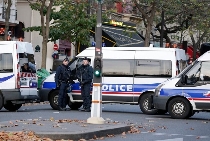 epa05024132 Police officers guard near the Bataclan concert venue in Paris, France, 14 November 2015. More 140 people have been killed in a series of attacks in Paris on 13 November, according to French officials. EPA/JULIEN WARNAND