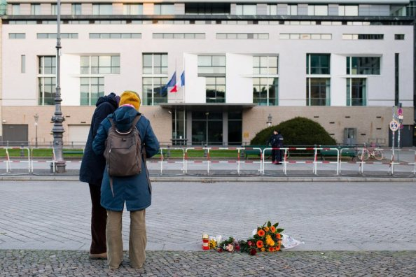 epa05024125 People lay flowers in front of the embassy of France in Berlin Germany, 14 November 2015. At least 149 people have been killed in a series of attacks in Paris on 13 November, according to French officials. EPA/GREGOR FISHER