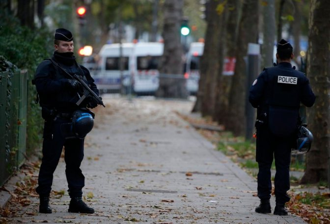 epa05024133 Police officers stand guard near the Bataclan concert venue in Paris, France, 14 November 2015. More 140 people have been killed in a series of attacks in Paris on 13 November, according to French officials. EPA/JULIEN WARNAND